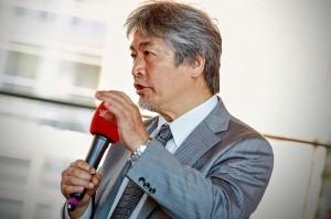 3.全体報告会にて発言する山極総長